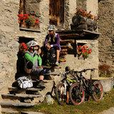 Zwei Biker machen eine Pause in Grevasalvas/St. Moritz - ©Graubünden Ferien