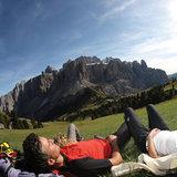 Rast nach einer anstrengenden Bergtour am Grödnerjoch - ©Südtirol Marketing/Alessandro Trovati