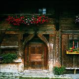 Es gibt auch noch historische Häuser, wie hier das Thöni-Haus, aber das Zentrum wird doch stark von touristischen Bauten geprägt - ©TVB St. Anton am Arlberg