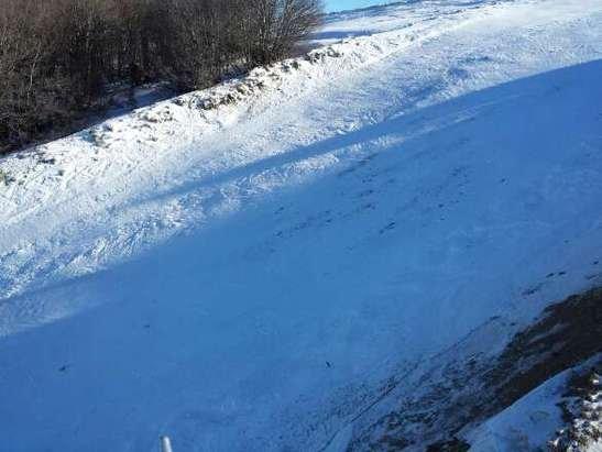 Μικρό χαλίκι στη κορυφή καθώς ο άνεμος έχει μαζέψει το χιόνι σήμερα ο καιρός ήταν υπέροχος και οι πίστες γενικά καλά αλλά θέλει προσοχή στα παγωμένα σημεία που έχουν βγει πέτρες έχω.αμφιβολιες αν θα αρκέσει ώς τι σ/κ που θα μαζευτούν ακλομα πιο πολλά