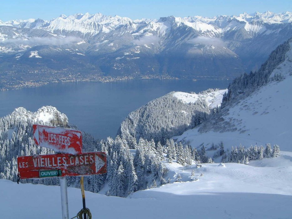 Back run Montreux in distance - ©John | Squires @ Skiinfo Lounge