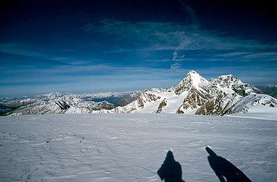 Auf dem Zufallferner. Blick auf die Königs Spitze (3851 m) und den Ortler (3905 m) rechts.  - ©Bernhard Mühr, weltderberge.de