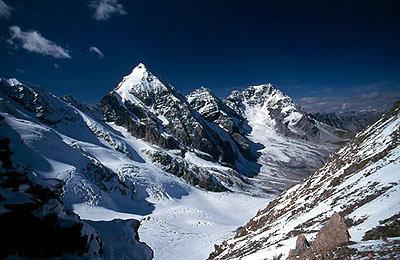 Das Dreigestirn: Die Königs Spitze (3851 m), Monte Zebrù (3735 m) und der Ortler (3905 m) mit seinem Hintergrat. Unten der Suldenferner. - ©Bernhard Mühr, weltderberge.de