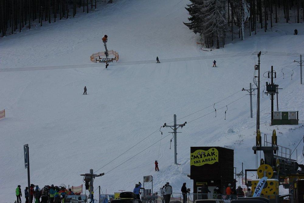 2-sedačka Myšák, červená FIS zjazdovka a Family zjazdovka pre rodiny v Ski Aréne Karlov - ©Ski Aréna Karlov