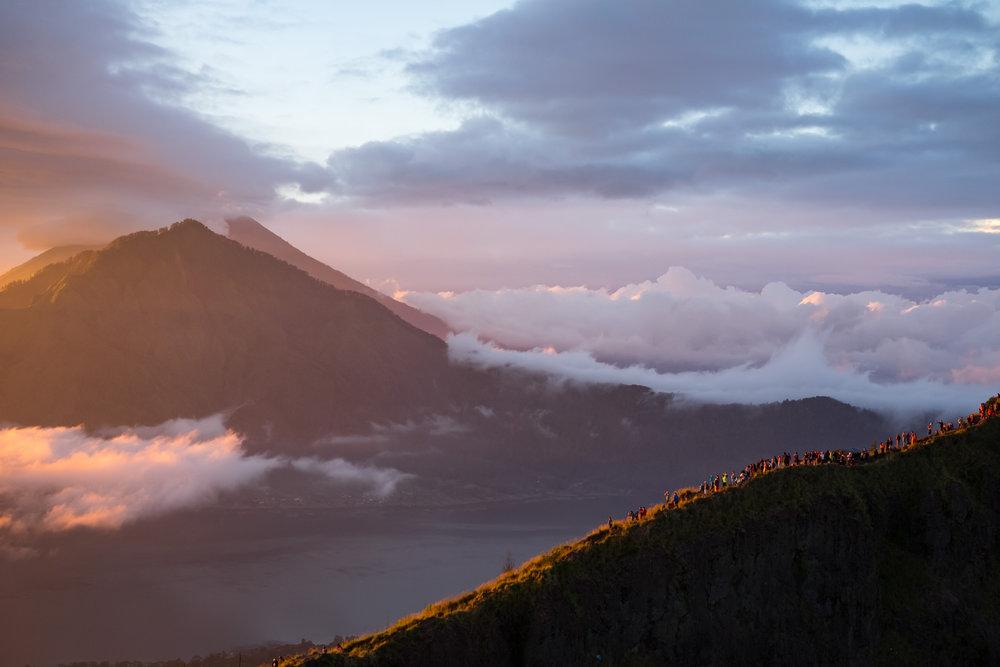 In der Hochsaison tummeln sich mehr als hundert Menschen zum Sonnenaufgang auf dem Batur - ©Sebastian Lindemeyer