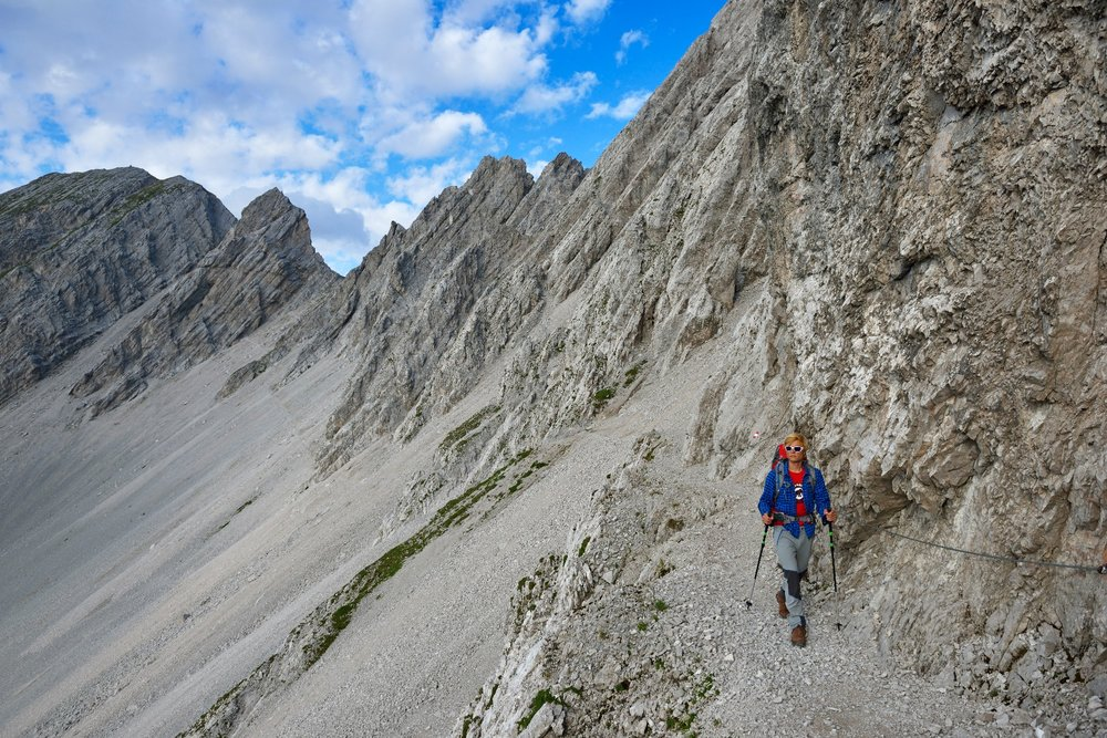 Es geht entlang hoher Felsen - ©Norbert Eisele-Hein