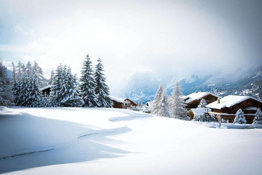 Reveil sous la neige dans la station de ski de Crans Montana - ©Crans-Montana Tourisme & Congrès / Olivier Maire