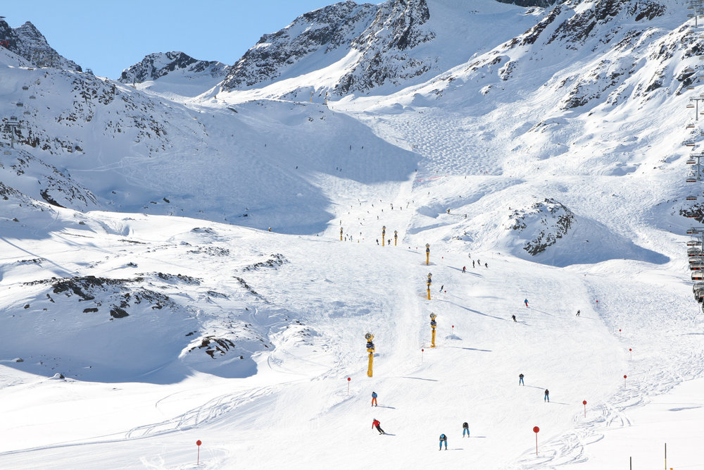 Tolle Fernsicht vom Gamsgarten auf die Pisten des Stubaier Gletschers - ©Skiinfo