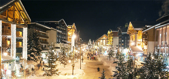 Listen to the live music and guzzle the vin chaud and hot chocolate in Val d'Isere's pretty setting - ©Office du Tourisme Val d'Isère