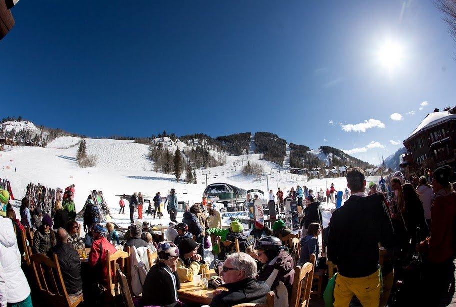 Skiing in April: Apres-ski drinks in the spring sunshine