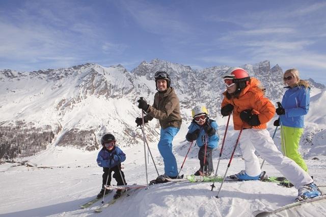Family skiing in Savognin, Graubünden - ©Graubünden Ferien/Andrea Badrutt