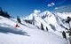 Uno sciatore scende da solo le piste di Snowbird, nello Utah