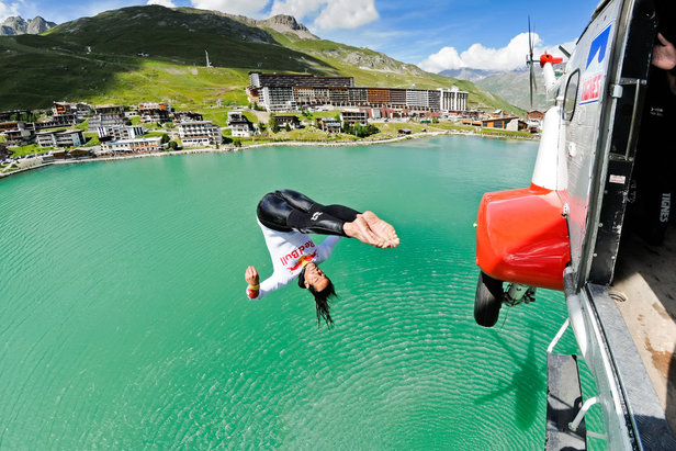 Plongeon de haut vol au dessus du lac de Tignes - ©OT Tignes