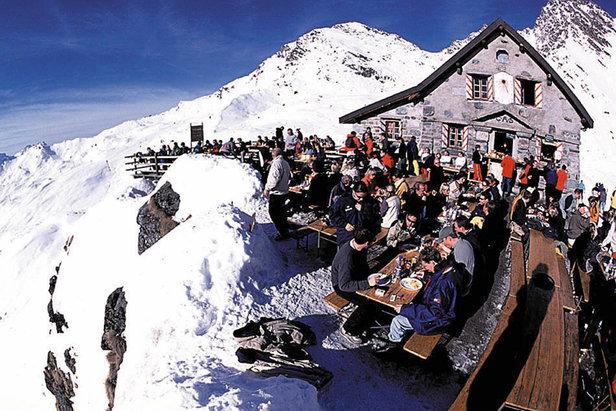 Słoneczny taras przy restauracji górskiej w Verbier