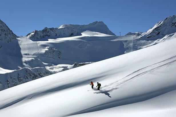W Sölden w październiku posiadacze karnetu mogą bezpłatnie oglądać z bliska rywalizację najlepszych alpejczyków na lodowcu Rettenbach (w tle)  - ©Bergbahnen Soelden