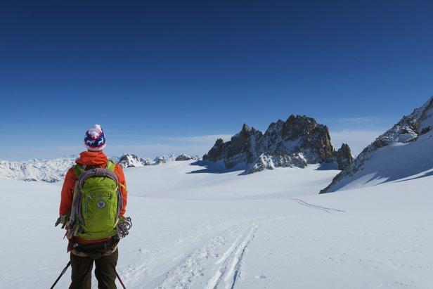 Mattias Erlandson fra fjellguide.no ser utover det vakre landskapet man går gjennom på turen fra Chamonix til Zermatt. - ©Øydis Kristine Flateby