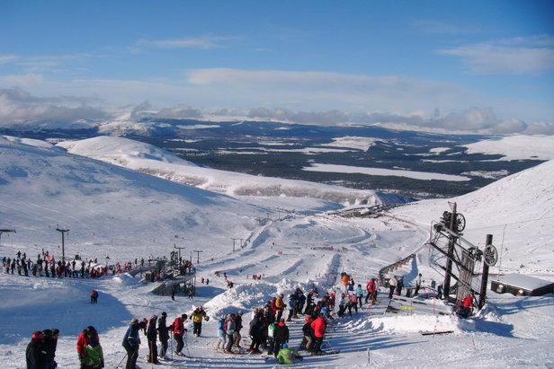 Rušný deň v Cairngorn, Škótsko s návštevníkmi zoradenými a pripravenými na jazdu - ©Cairngorm Mountain