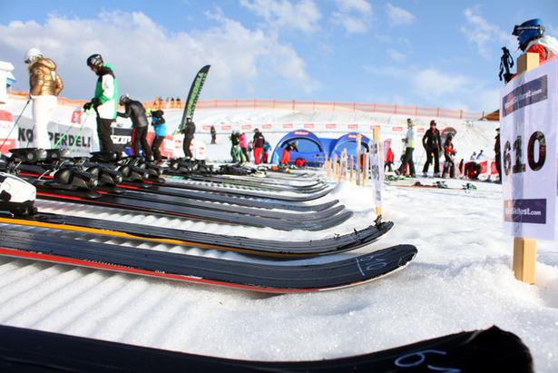 Die Skier beim World Ski Test werden mit schwarzem Tape abgeklebt - ©Skiinfo.de/Sebastian Lindemeyer