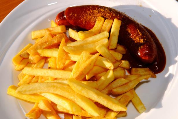 Beliebtes, aber nicht unbedingt optimales Mittagsmahl: Currywurst mit Pommes - ©Norbert Eisele-Hein