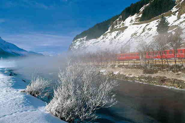Glacier Express fährt am Fluss Inn entlang - ©swiss-image.ch/Robert Boesch