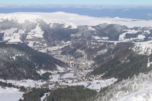 Vue panoramique sur tout le Massif du Sancy et la vallée du Mont-Dore depuis la terrasse le restaurant d'altitude Le Pic du Sancy - ©OT Sancy