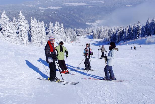 Le plaisir de la glisse sur les pistes de ski du Jura (ici à Mijoux) - ©Mijoux Tourisme