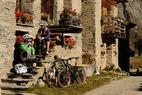 Zwei Biker machen eine Pause in Grevasalvas/St. Moritz