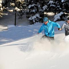 Durch den tiefen Schnee: Beim Winterwandern ist Spaß garantiert - ©Wörgötter