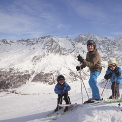Family skiing in Savognin, Graubnden