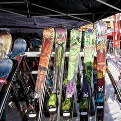 Pour aboutir à un test concluant, n'hésitez pas a essayer plusieurs paires de skis - ©C.Cattin  - OT Val Thorens