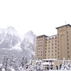 Le Chateau Lake Louis is just a few minutes from the ski area, situated right on the lake.