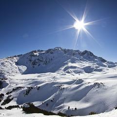 Un soleil omniprésent, une neige abondante, des températures clémentes et de spistes de ski quasi désertes... Vous comprenez pourquoi le ski de printemps séduit de plus en plus de monde ? - ©Kab