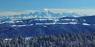 Skier face au Mont Blanc dans les Montagnes du Jura ©Montagnes du Jura