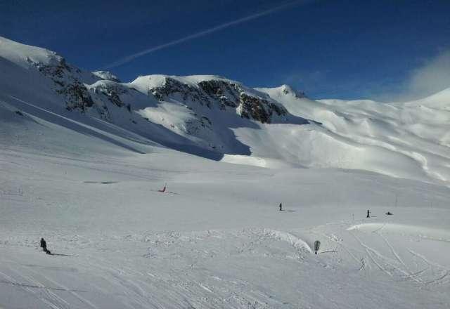hoy buen dia. algo de aire. nieve buena a primeras horas. despues todas las calidades. fuera pista dura o blandurria. pistas bien.