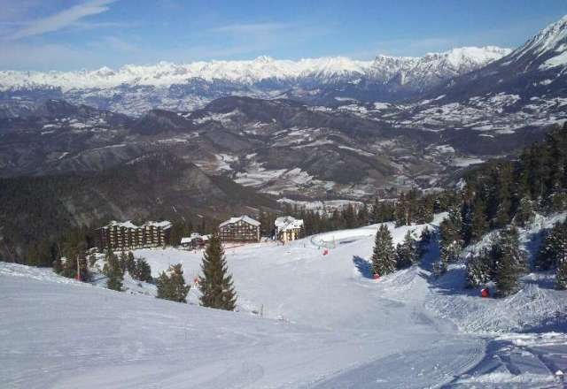 vu du frond de neige, des b?timents et la magnifique cha?ne de montagne par les combes.