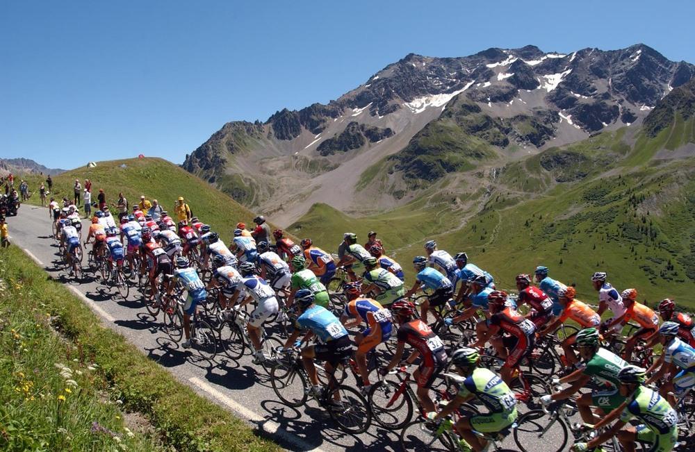 Le peloton du tour de France au coeur des montagnes françaises...