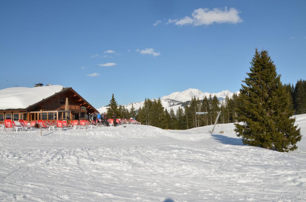 La neige, le soleil, les transats... tout est prêt pour une belle journée de ski à Crest Voland - © Office de tourisme du Val d'Arly