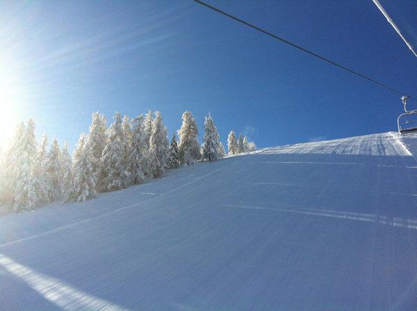 Le soleil et la neige fraîche sont au rendez-vous sur les pistes de ski de la Colmiane - © JC Desens