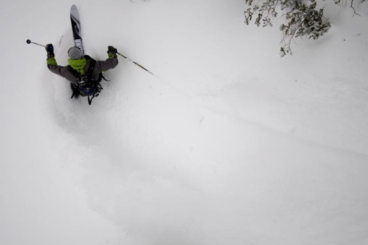 Sciatore immerso nella powder nel backcountry di Jackson Hole, Wyoming