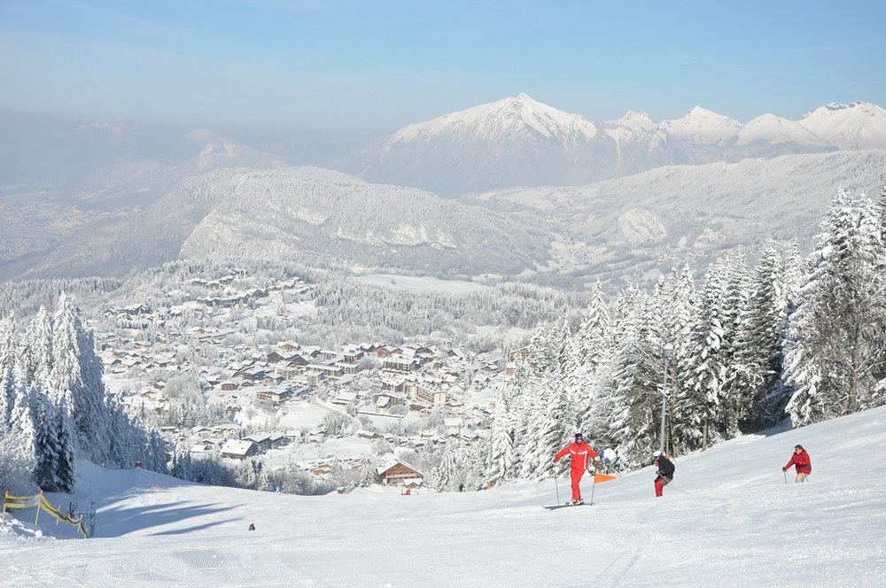 Sur les pistes de ski en surplomb de la station village des Carroz - © OT Les Carroz