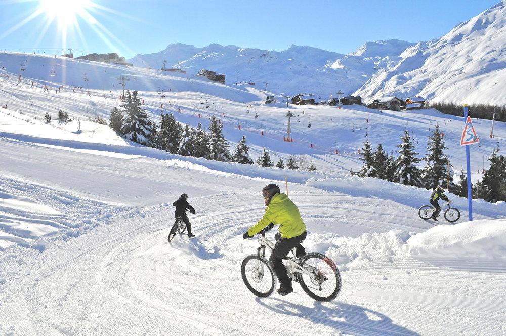 Sensations et adrénaline garanties au guidon d'un VTT sur neige sur les pistes des Menuires - © C. Cousin / OT des Menuires