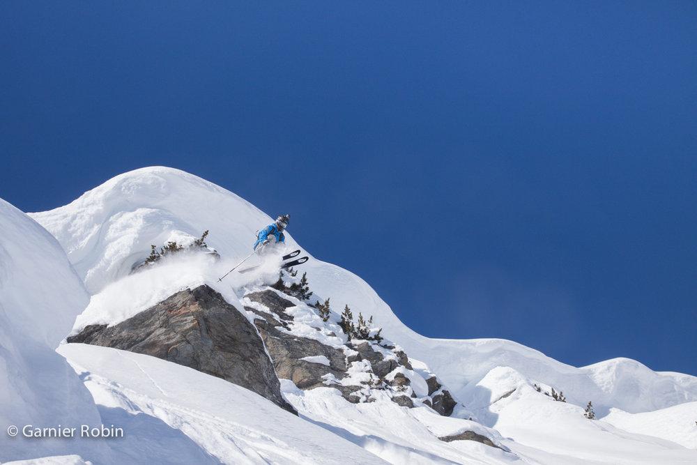 Pas de demi mesure pour Yoann Roche ici en action sur les pentes enneigées de Méribel Mottaret - © Robin Garnier