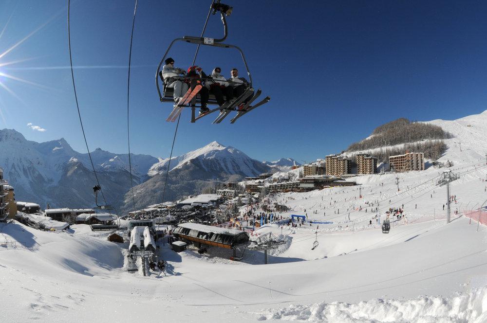 En quelques minutes, rejoignez le sommet du domaine skiable d'Orcières 1850 via les télémix (Drouvet et Rocherousse) et les télésièges (Bergerie) - © Gilles BARON