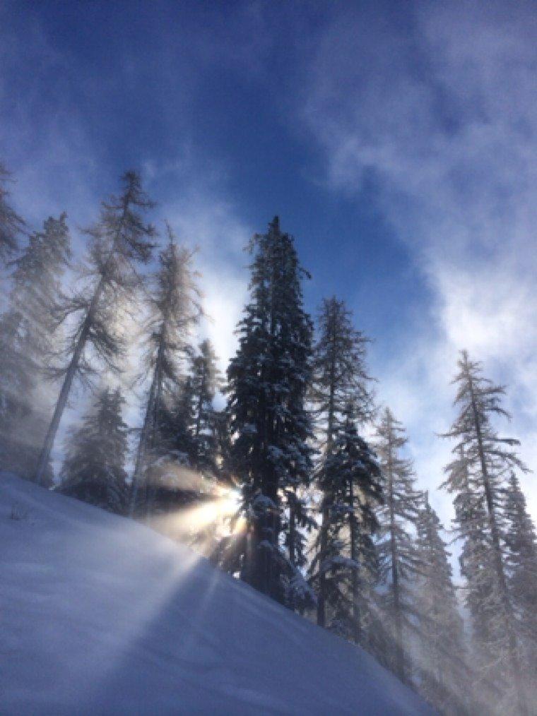 Neige fraîche et rayon de soleil sur Peisey. Bon ride