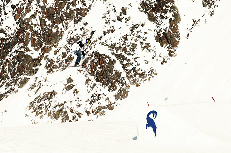 Snowpark Kaunertal: Suche den Freeskier. Vor der teilweise schneebedeckten Kulisse des felsigen Weissseespitz-Grades wir der Athlet beinahe unsichtbar - © Stefan Drexl