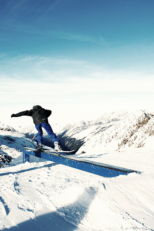 Snowpark Kaunertal: Frontside über die 4-Kant Industry Pipe (Pipeslide) - © Stefan Drexl