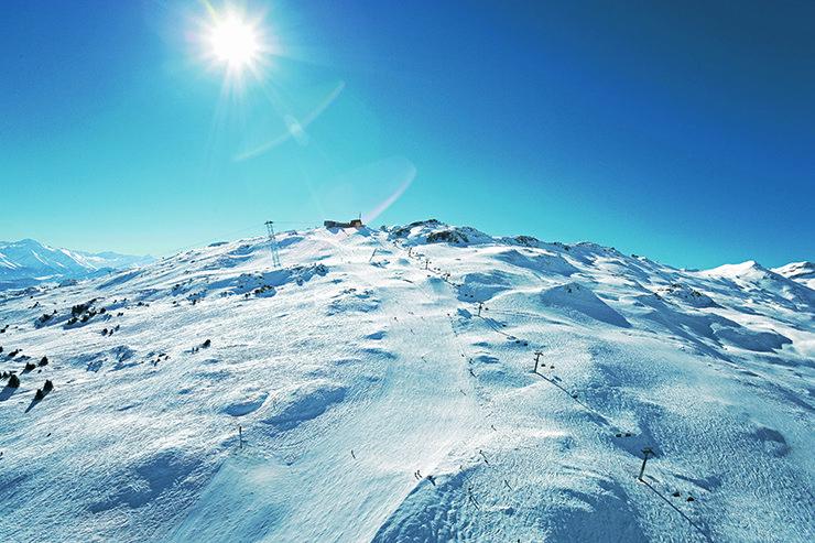 Das hochalpine weitläufige Gelände am Grap Sogn Gion und Vorab lässt Freerider träumen - © Laax / Weisse Arena