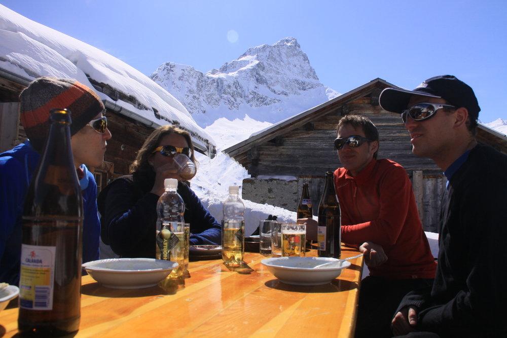 Jause auf der Skihütte Piz Platta
