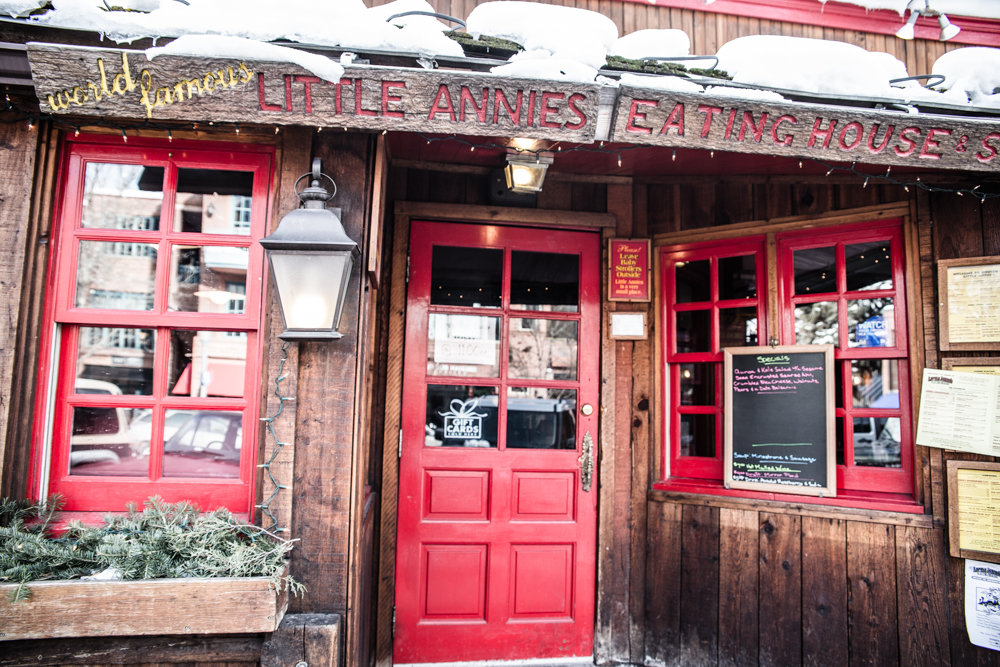 We found a great dive bar with amazing eats: Little Annies. - © Liam Doran