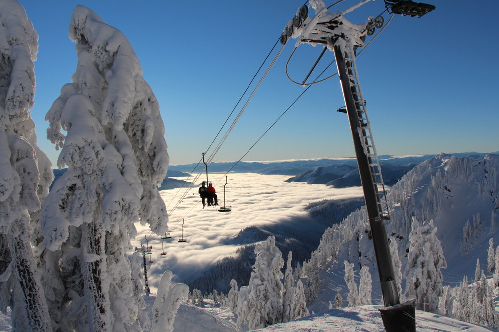 Blauer Himmel und bester Powder im Alpental - © Guy Lawrence/Summit at Snoqualmie
